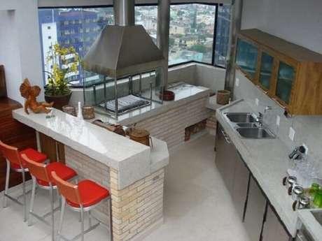 2. Área gourmet pequena planejada conta com a presença da churrasqueira de vidro. Fonte: Projeto Habitissímo
