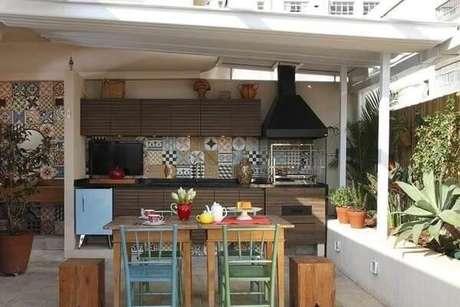 45. Área de lazer pequena com móveis em madeira e churrasqueira de vidro. Fonte: Terra