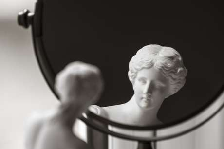 Vênus de Milo e espelho de maquiagem