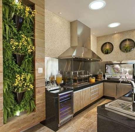 23. Jardim vertical e churrasqueira com lateral de vidro para área gourmet. Fonte: Pinterest