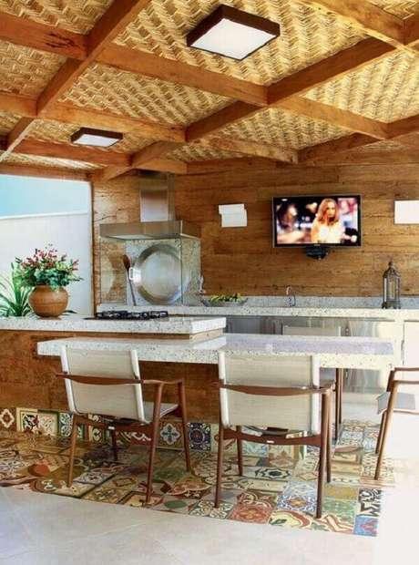 48. Madeira, ladrilhos e churrasqueira de vidro criam um ambiente moderno. Fonte: Pinterest