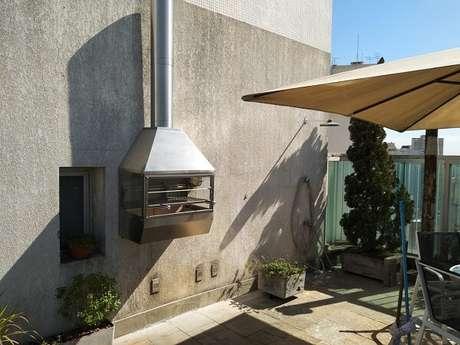 59. Modelo de churrasqueira de parede com laterais de vidro e coifa de inox. Fonte: Pinterest