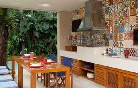 26. Paredes revestidas com azulejos hidráulicos e churrasqueira de vidro com coifa inox. Fonte: Pinterest