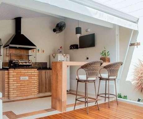 60. Pequena área gourmet conta com churrasqueira de vidro pré-moldada com base de tijolinhos. Fonte: Pinterest