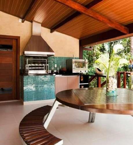 27. Terraço gourmet com pastilha verde e churrasqueira com lateral de vidro e coifa de inox. Projeto por Infinity Spaces