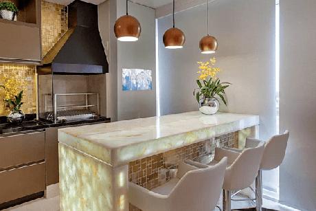 61. Varanda gourmet com bancada de mármore iluminada e churrasqueira de vidro. Fonte: Pinterest