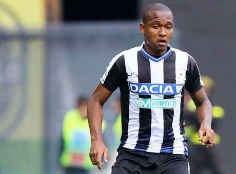 VERSÁTIL: Samir atuou como zagueiro e lateral-esquerdo pela Udinese-ITA, na última temporada (Foto: AFP)