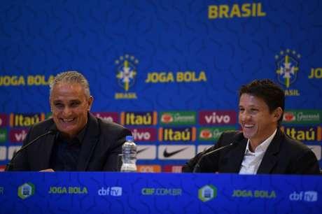 Tite ao lado de Juninho na coletiva desta sexta-feira (Foto: Pedro Martins/MoWA Press)