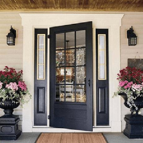 42. Arandelas aos lados da porta de entrada da casa