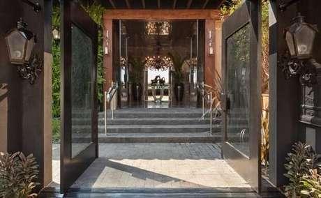 29. Arandelas externas clássicas aos lados do portão. Projeto de Casa Cor Franca 17