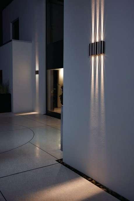 14. Arandelas externas para muro led com dois fachos de luz