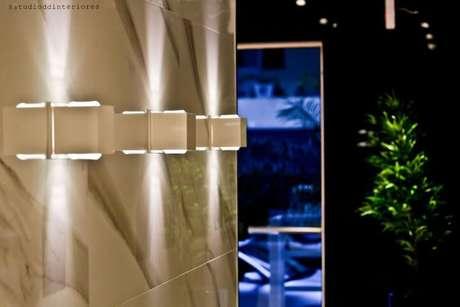 3. Aqui vemos muito bem como é o tipo de iluminação feito pelas arandelas. Projeto de Diego Duracenski