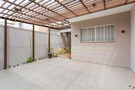 34. Arandelas externas modernas e simples em quintal. Projeto de Juliana Conforto