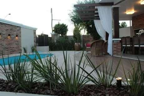 63. Arandelas externas próximas à piscina. Projeto de Graziela Von Muhlen