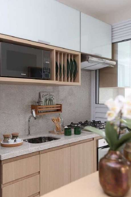14. Decoração para cozinha pequena com armários planejados em madeira e bancada de cozinha com pia – Foto: Ideias Decor