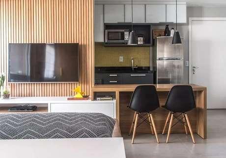 15. A bancada para cozinha americana pode levar um toque charmoso para o ambiente integrado – Foto: Danyela Correa