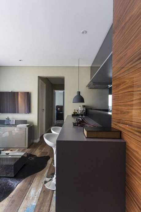 16. Bancada de cozinha americana preta com banquetas brancas – Foto: Mauricio Karam