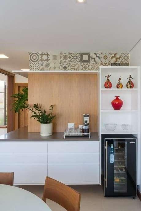 17. Bancada para cozinha de madeira e branca – Foto: Jannini Sagarra Arquitetura