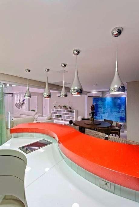 2. Exemplo de decoração com bancada de cozinha feita com silestone vermelha – Foto: Decor Salteado
