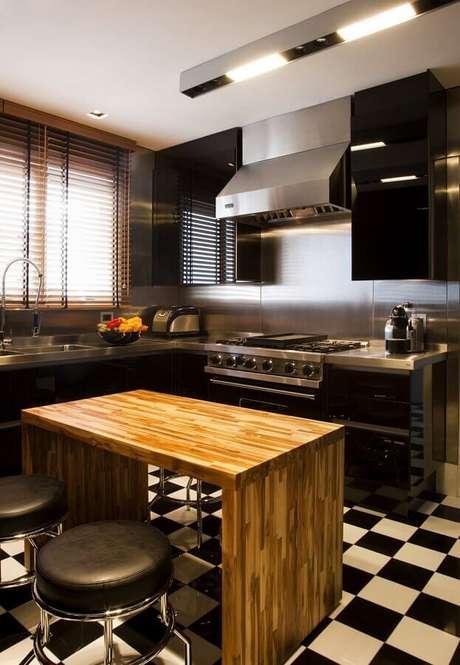 23. Outra opção, além das pedras, é a bancada para cozinha de inox que leva um toque moderno ao ambiente – Foto: Toninho Noronha