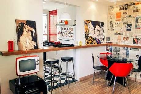 24. Bancada de cozinha americana feita em madeira com decoração retrô – Foto: Casa Aberta