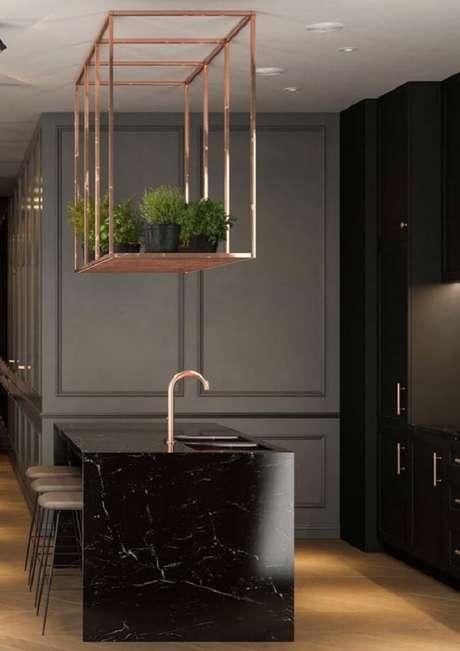67. Bancada feita em granito Via Láctea preto encanta a decoração da cozinha. Fonte: Pinterest