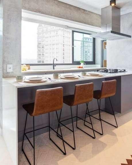 28. Invista em banquetas bonitas para decorar a bancada para cozinha com cooktop – Foto: Vivivane Gobbato Arquitetura