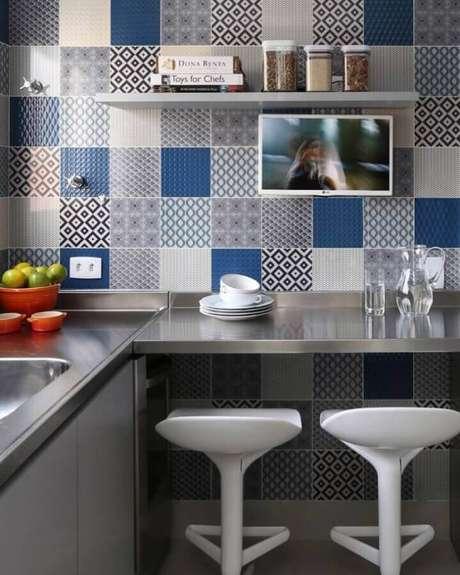 30. A bancada para cozinha feita em inox é garantia de um toque moderno na decoração da cozinha – Foto: Simone Saccab