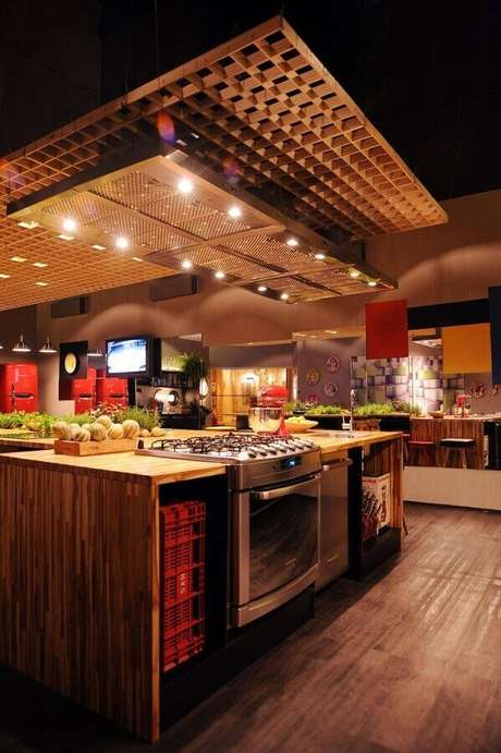 31. Decoração com estilo industrial com bancada para cozinha feita em madeira – Foto: Cristina Bozian