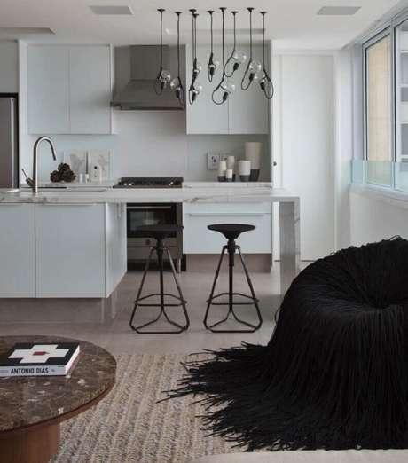33. Decoração moderna para cozinha branca com pendentes minimalistas e bancada de cozinha feita em mármore – Foto: Studio RO+CA