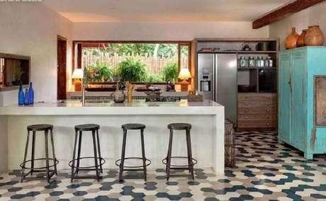 35. Bancada para cozinha ampla com armário azul antigo – Foto: Pinterest