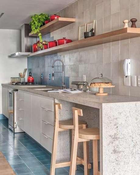 37. Bancada para cozinha com decoração simples e prateleiras de madeira – Foto: Voa Arquitetura