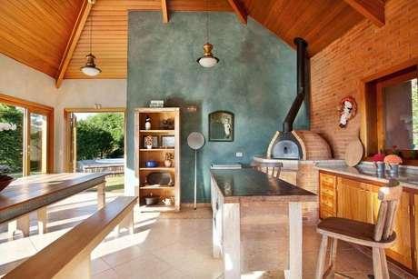 33. A churrasqueira de tijolo pode ter função de forno à lenha. Projeto de Liliana Zenaro