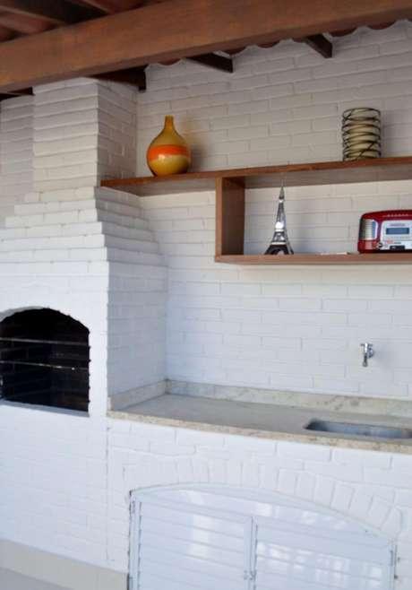 51. A churrasqueira de tijolo pintada de branco deve ser muito bem cuidada. Projeto de Camila Muniz