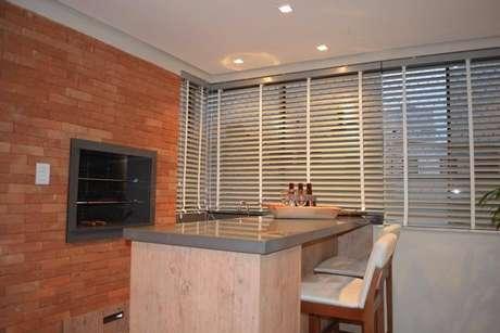 55. A churrasqueira de tijolo pode ser incorporada à estrutura do cômodo. Projeto de Braccini + Lima Arquitetura