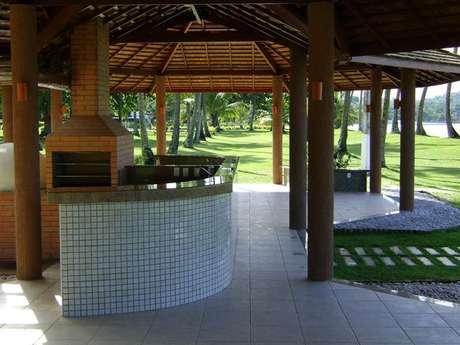 59. A churrasqueira de tijolo é muito comum em chácaras e casas de campo. Projeto de Daiane Guerreiro