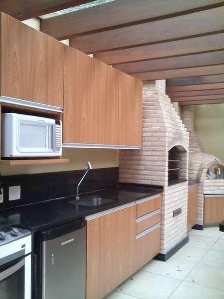 61. A churrasqueira de tijolo pode compor um ambiente de muitas formas. Projeto de Margareth Salles