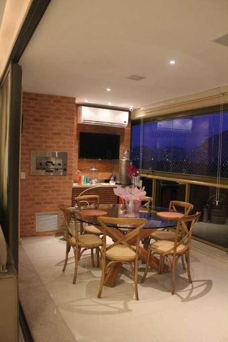 43. O design da churrasqueira de tijolo deve combinar com o ambiente como um todo. Projeto de B+L Arquitetura & Interiores
