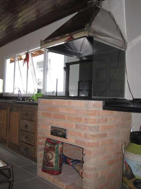 47. A chaminé da churrasqueira de tijolo pode ser de aço inox. Projeto de Lu Pinheiro