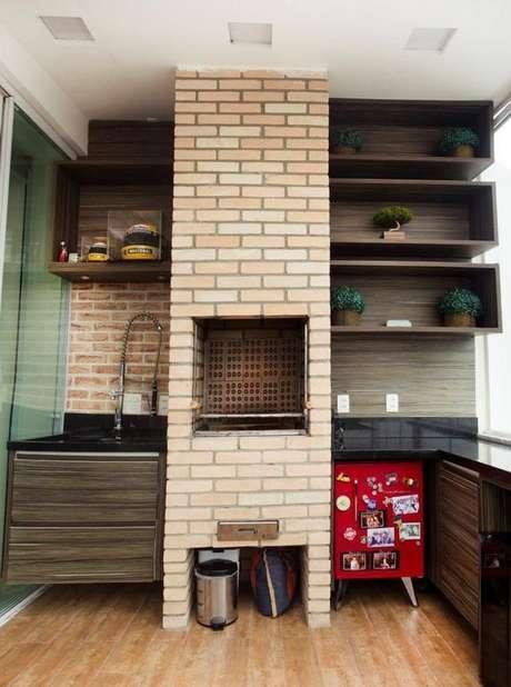 34. A churrasqueira de tijolo pode ser simples e funcional. Projeto de Mariane Battaglia