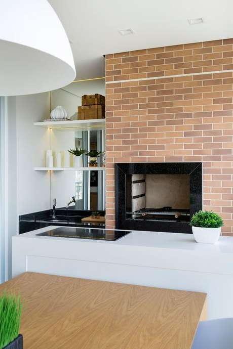 46. Hoje em dia até mesmo cozinhas possuem uma churrasqueira de tijolo. Projeto de GF Projetos