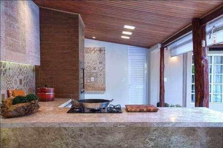 13. A churrasqueira de tijolo com revestimento em madeira é mais luxuosa. Projeto de André Lenza