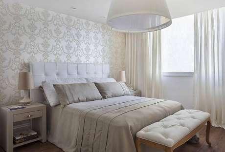 42- O papel de parede estampado também compõe as cores para quarto de casal, fica lindo como cores para quartos. Projeto por Sthel Fontenelle Arquitetura.