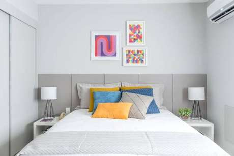 64. Cores para quartos clean e almofadas coloridas – Por: Pinterest