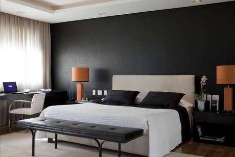 60- O preto e o branco também são muito eleitos como cores de quarto. Objetos coloridos ajudam a dar contraste. Projeto por Beto e Norea.