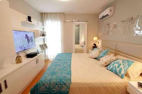 57- O cinza é uma ótima opção para cor de quarto. O azul turquesa dá vida aos tons neutros. Projeto por Lorrayne Zucolotto.