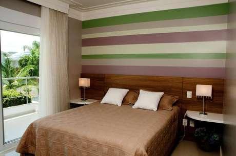 56- As listras dão um charme e são ótimas opções como cores para pintar quarto de casal. Projeto por Juliana Pippi.
