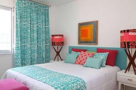 54- As cores para quartos de casal também podem ser vivas e energéticas. Projeto por Gabriel Valdivieso.
