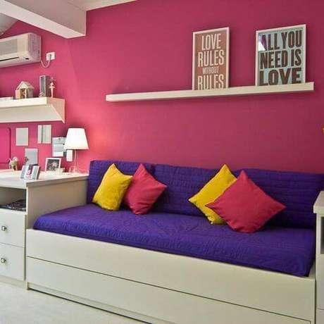 4. O projeto da Rocha Andrade Arquitetura e Interiores traz sobriedade nas cores para quarto de menina, mas com elementos coloridos.
