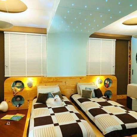 49- Um detalhe de cor pode fazer toda a diferença no quarto. Escolha bem suas cores para quartos. Projeto por Maria Claudi.